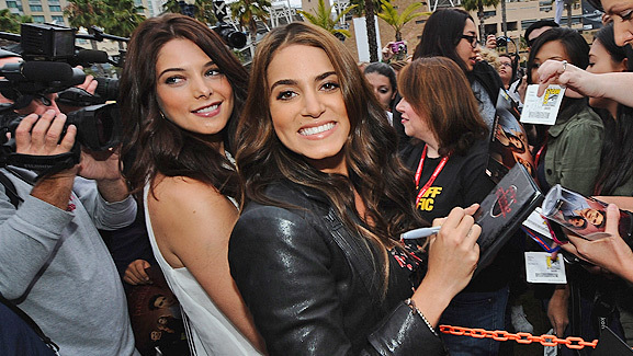'Twilight' Stars Surprise Fans Waiting Outside Comic-Con!