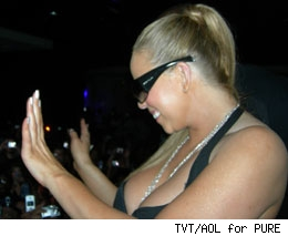 Mariah works it in Vegas