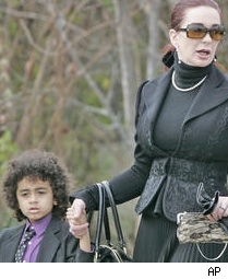 Tomi Rae Hynie and son