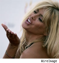 Anna Nicole Smith blows kiss