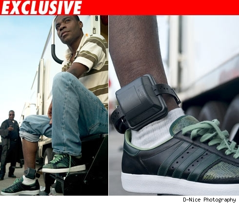 Tracy Morgan shows off his electronic ankle bracelet