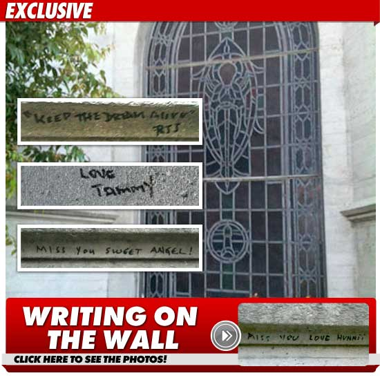 Tumba de MJ – pintarrajeada con mensajes ocultos == MJ Tomb — Defaced with Hidden Messages