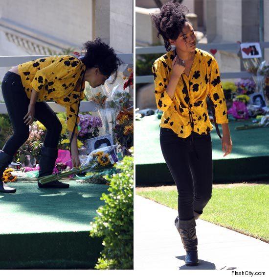 Corista de MJ Visita al cantante en el Forest Lawn == MJ's Backup Singer Visits Forest Lawn