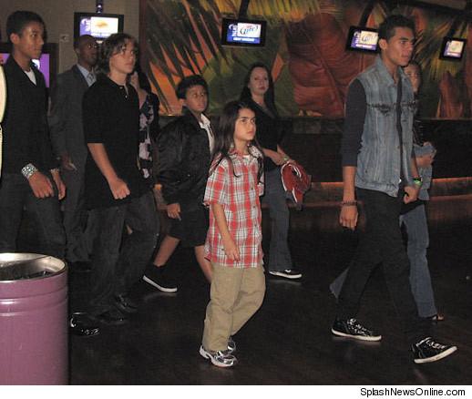 http://ll-media.tmz.com/2010/10/04/1004-jackson-kids-splash-2-credit.jpg