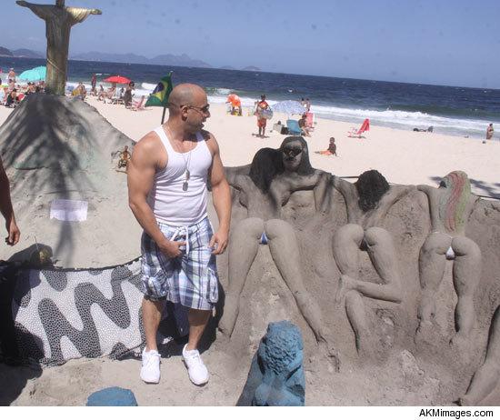 Vin Diesel Chequiando Esculturas De Arena En Playa De Brasil
