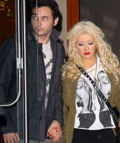 Aguilera Holds Hands with New Man!
