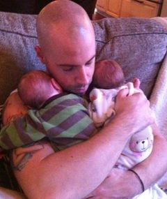 Daughtry Flashes His Twins!