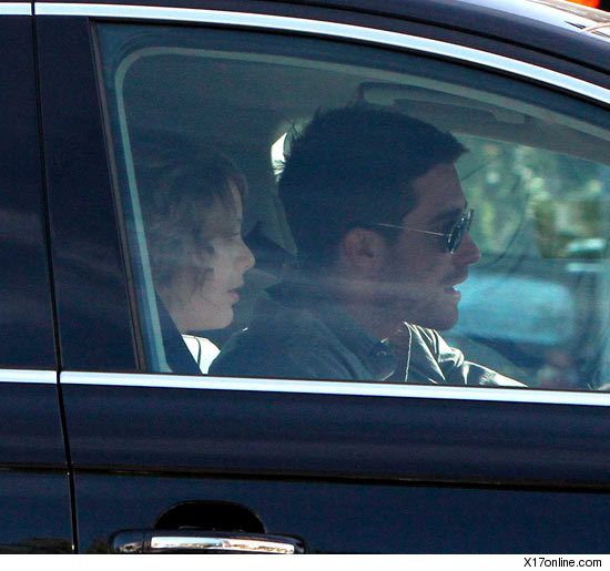taylor swift and jake gyllenhaal in a car on thursday morning in los angeles december 2010