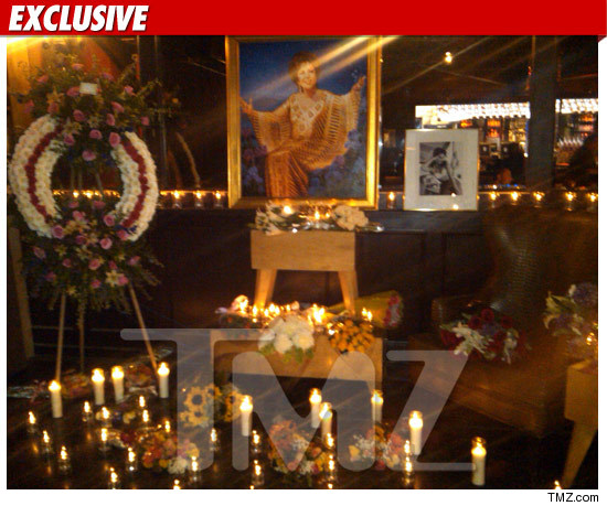 http://ll-media.tmz.com/2011/03/23/0323-elizabeth-taylor-shrine-the-abbey-2-credit.jpg