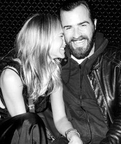 Photo: Jen Aniston &amp; Justin Theroux Get Cuddly!