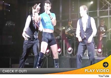 Joey McIntyre Strips Down During NKOTBSB Concert