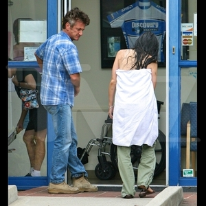 Sean Penn's Assistant Injured in Slip and Fall
