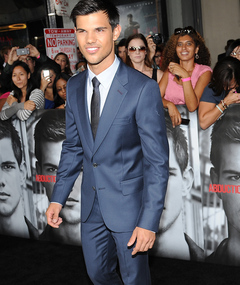 "Taylor Lautner Shows Stubble at ""Abduction"" Premiere"