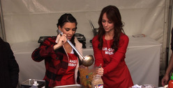 Kim Kardashian &amp; Jennifer Love Hewitt -- Girl-on-Girl Thanksgiving