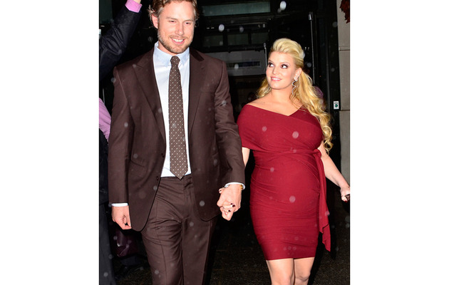 Pregnant Jessica Simpson Wears Tight Red Dress on Red Carpet