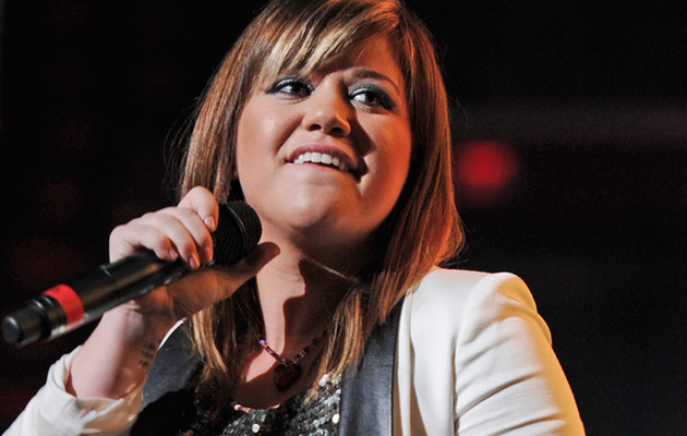"Fans Get ""Hateful"" As Kelly Clarkson Supports Ron Paul"