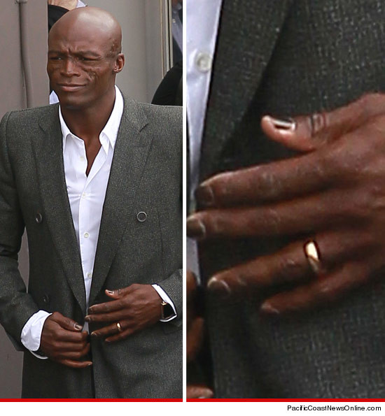 What divorce? Seal still wearing his wedding ring.