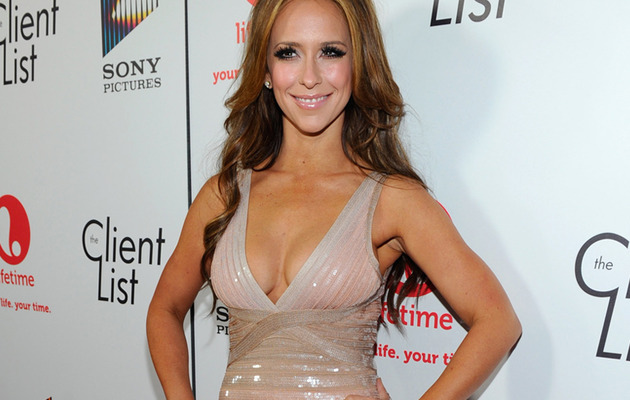 Jennifer Love Hewitt Flaunts Curves, Has Eyes Set on Adam Levine!