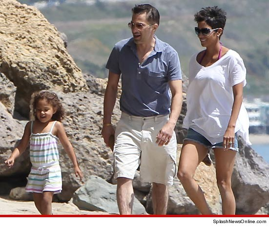 0408_halle_berry_at_beach