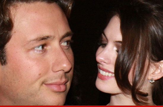 0525_anne-hathaway-raffaello-follieri_article_2