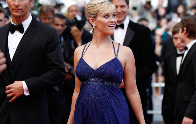 Reese Witherspoon Flaunts Her Baby Bump!