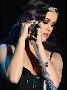 Katy Perry Shows Off Sexy New Flapper Style!