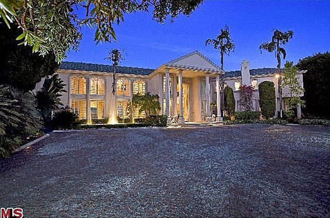 Martin Lawrence is renting out his monstrous 13,900 square-foot Beverly Hills estate ... which looks more like an ostentatious Vegas resort than a house.
