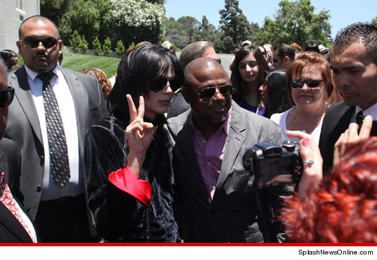http://ll-media.tmz.com/2012/06/25/0625-impersonator-splash-4.jpg