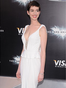 "Anne Hathaway Shines at ""The Dark Knight Rises"" Premiere!"