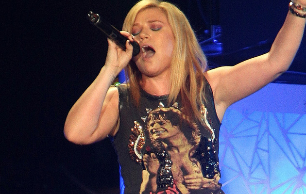 Video: Kelly Clarkson Covers Adele in Concert!