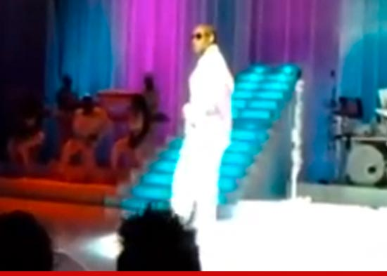 1105_rkelly_concert_youtube