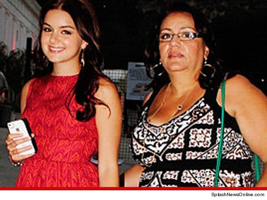 1108_ariel_winter_and_mom_splash