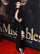 Anne Hathaway Sports Bondage Boots to &quot;Les Miserables&quot; Premiere
