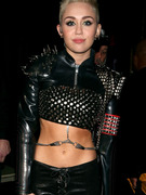 "Miley Cyrus Flaunts Crazy Stomach & Sings Billy Idol at ""VH1 Divas"""