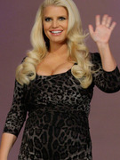 Jessica Simpson Flaunts Baby Bump &amp; Cleavage On Leno