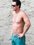 Mark-Paul Gosselaar: Shirtless & Sexy on Set!