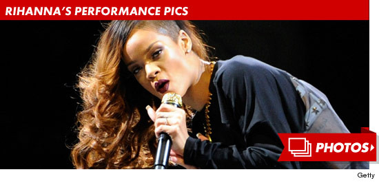 0416_rihanna_performance_footer