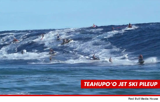 0517-teahupoo-surf-sub-up