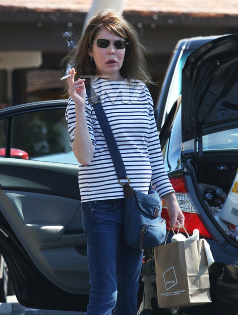 <span>Something seems different about</span><strong>Lara Flynn Boyle</strong><span>... at least judging from these new pics of the actress, but people close to LFB tell TMZ that NOTHING'S WRONG, she's the victim of a few bad photo angles.</span><span></span>
