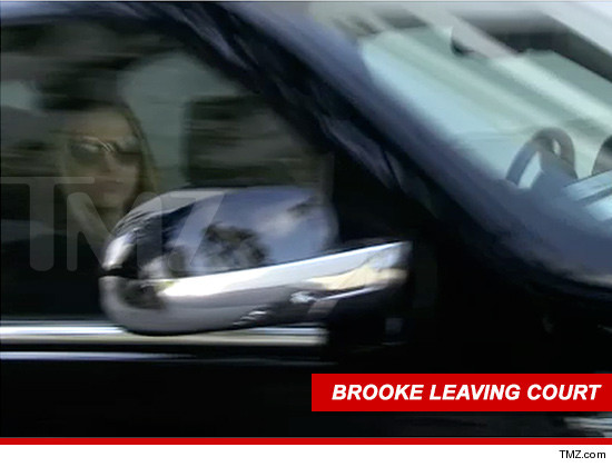 1107-brooke-mueller-leaving-court-tmz