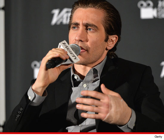 1116-jake-gyllenhaal-getty-hand