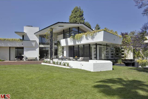 <span>Ellen DeGeneres</span><span>just flipped the amazing house she bought just before New Year's -- after only living there a few months -- and the buyer was Napster co-founder</span><span>Sean Parker</span><span>... who opened his wallet wide.</span>