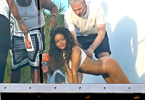 rihanna-posing-nude-naked-photos-0210-48
