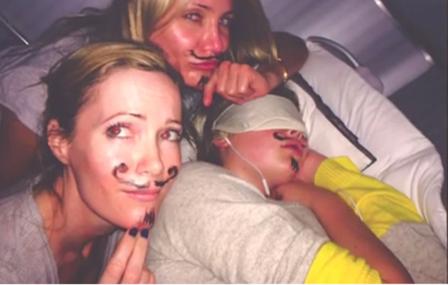 "Watch Cameron Diaz & Leslie Mann Prank a ""Passed Out"" Kate Upton!"