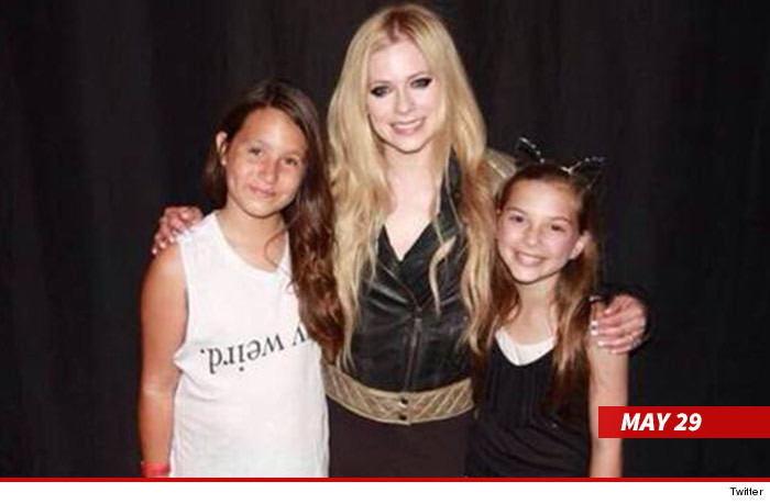 0602_avril_with_fans_twitter_1