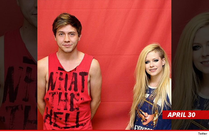 0602_avril_with_fans_twitter_2