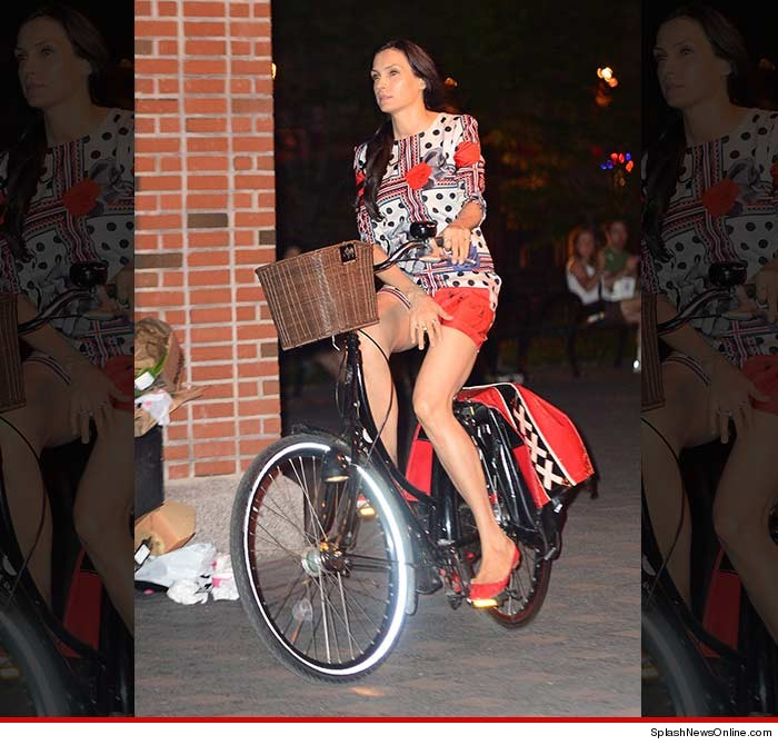0623-famke-janssen_bike-splash-01