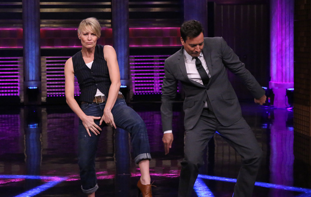 "Robin Wright and Jimmy Fallon ""Turn and Face the Music"" in Hilarious Dance Off"