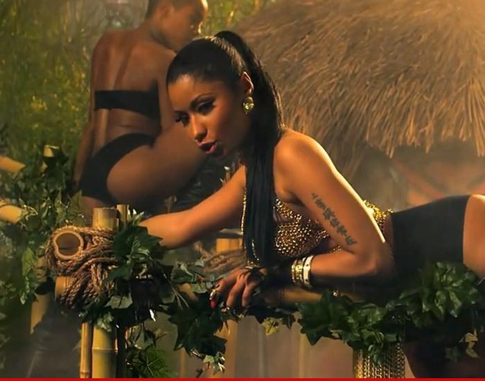 Nicki Minaj -- Anaconda Snake Bites Dancer During VMA ...