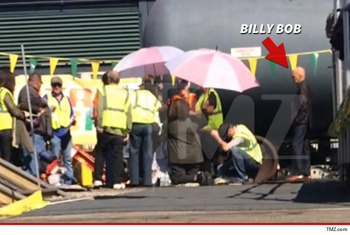 1028_billy_bob_on_set_tmz_wm